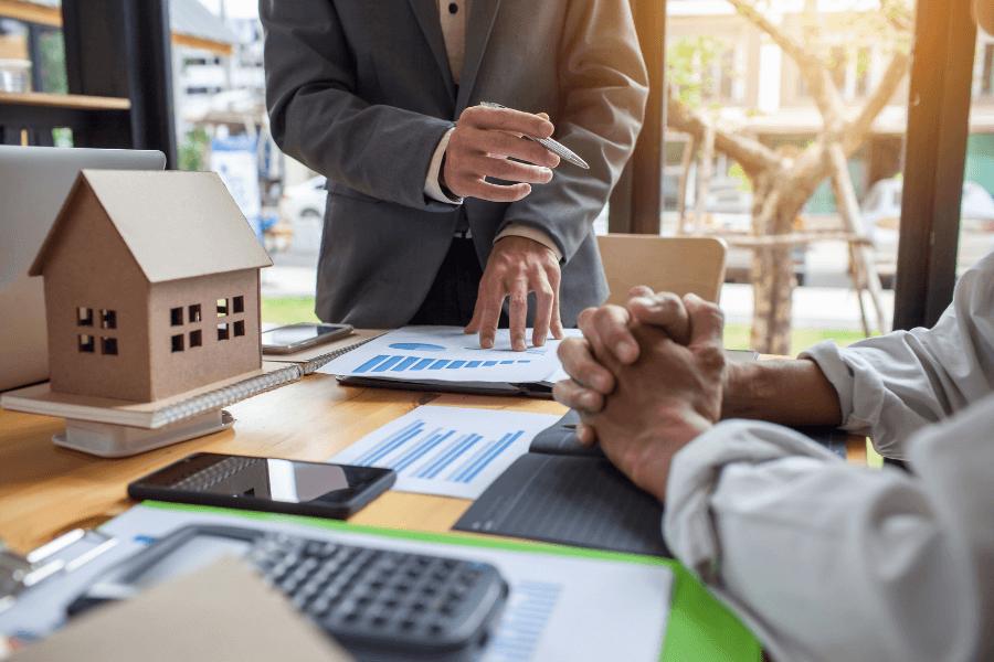 pourquoi faire affaire avec un courtier immobilier est la question que se posent les investisseurs